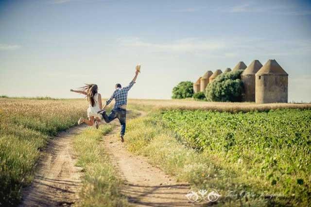 pareja de novios saltando