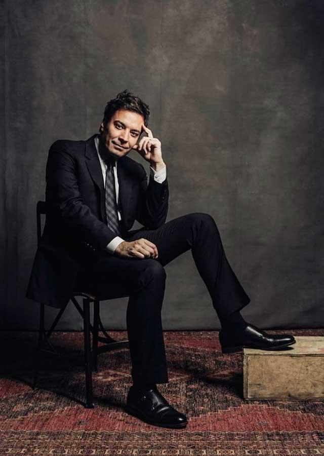 pose de hombre sentado en silla