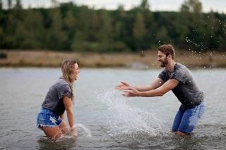 novios jugando con aggua